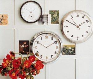 Крупные настенные часы в интерьере фото